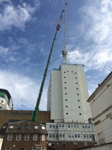 500 tonne mobile unit lifts the tower crane into place